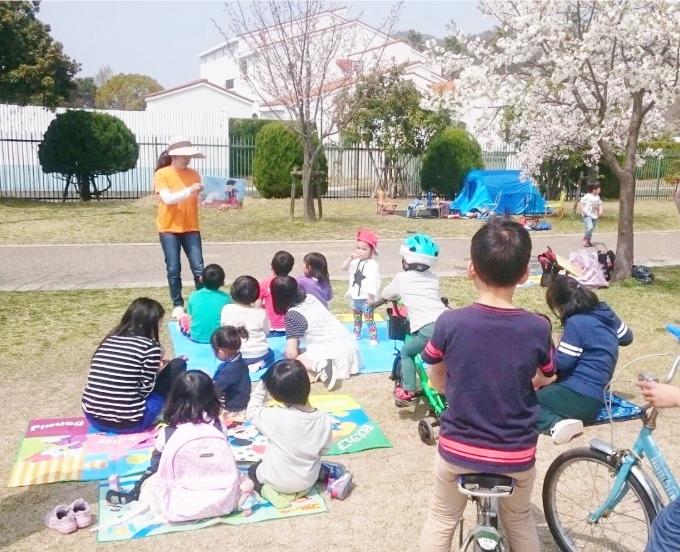 呉市内の公園で英語紙芝居を行いましたー幼児・小学生
